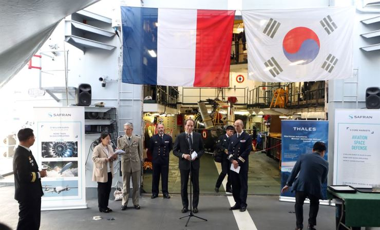 French Ambassador to Korea Fabien Penone, center, delivers a speech during a reception on the French Navy frigate FNS Vendemiaire docked at Incheon, April 30. Penone also met Yannick Glemarec, the French executive director of the U.N.'s Green Climate Fund, which has headquarters on Incheon's Songdo. Penone's visit was his sixth as ambassador. / Yonhap