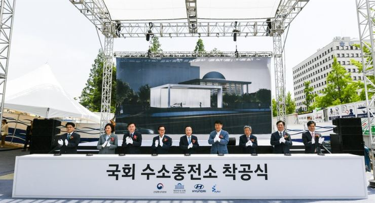 Minister of Trade, Industry and Energy Sung Yoon-mo, second from right, Minister of SMEs and Startups Park Young-sun, second from left, Hyundai Motor President Kong Young-woon, right, and other guests applaud at a groundbreaking ceremony for Hyundai Motor's hydrogen filling station next to the National Assembly building in Seoul, Thursday. / Courtesy of Hyundai Motor