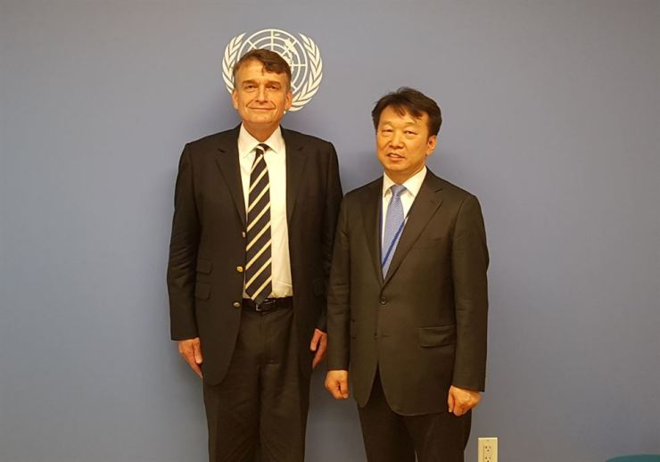 Public Procurement Service (PPS) Administrator Jung Moo-kyung, right, poses with Christian Saunders, assistant secretary-general for Supply Chain Management at U.N. Department of Operational Support (UNDOS) at the United Nations Secretariat Building in New York, May 8 (local time). Courtesy of PPS