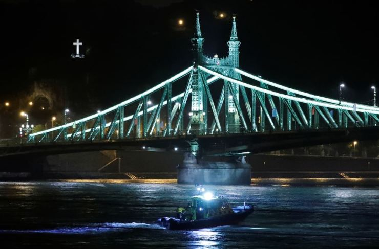 A rescue boat is seen on the Danube river after tourist boat capsized in Budapest, Hungary, May 29, 2019. REUTERS/Bernadett Szabo