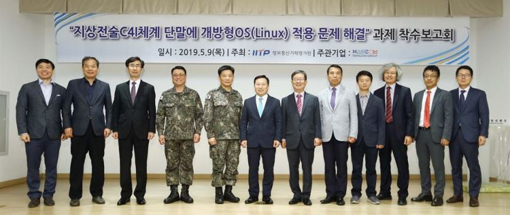 Hancom Group Vice Chairman Lee Sang-heon, sixth from left, with ROK Army officials during a briefing session about the Army's operating system migration project at the Ministry of National Defense Convention Center in Yongsan, Seoul, Thursday. / Courtesy of Hancom Group