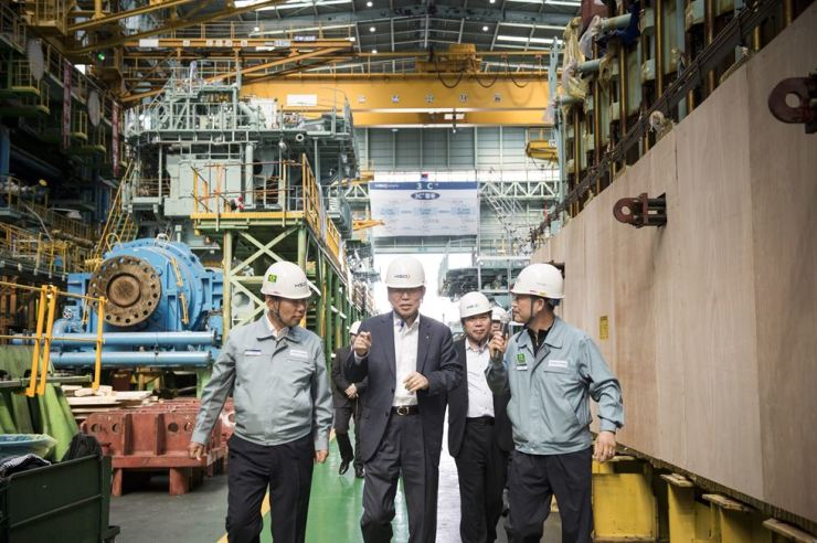Export-Import Bank of Korea (Eximbank) CEO Eun Sung-soo, second from left, visits HSD Engine's ship equipment plant in Changwon, South Gyeongsang Province, Thursday. Eun said the policy bank will support the exports of small and medium makers of ship parts. Courtesy of Eximbank