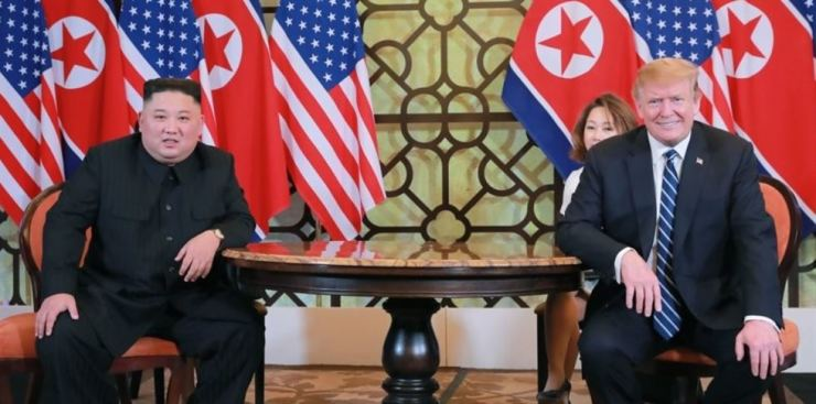 U.S. President Donald Trump and North Korean leader Kim Jong-un pose during a summit at the Sofitel Legend Metropole Hanoi in the Vietnamese capital on Feb. 28. Both sides failed to reach any consensus during their second meeting. / Yonhap