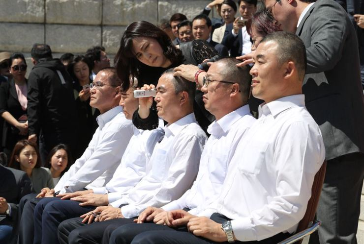 Four lawmakers and a branch chief of the main opposition Liberty Korea Party (LKP) shave their heads in protest of the other four parties' decision to fast-track reform bills at the National Assembly, Thursday. / Yonhap