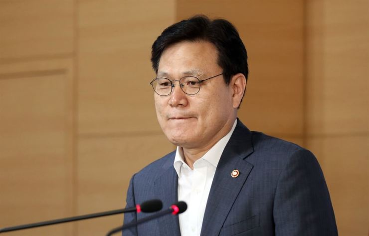 Financial Services Commission Chairman Choi Jong-ku announces the government's decision to reject Kiwoom and Viva Republica's internet bank proposals at a press conference in Seoul, Sunday. Yonhap