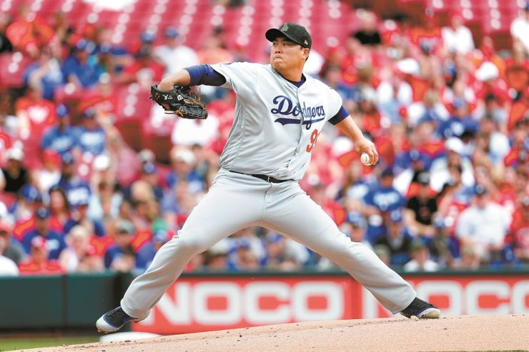 Los Angeles Dodgers starting pitcher Hyun-Jin Ryu throws in the first inning of a baseball game against the Cincinnati Reds in Cincinnati, Sunday. / AP-Yonhap
