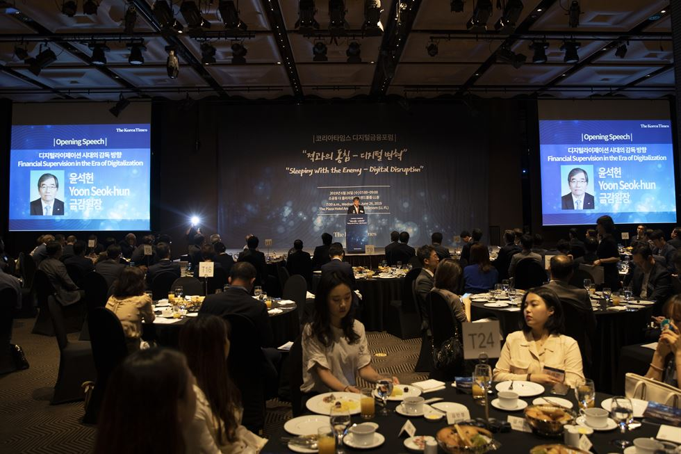 The Korea Times hosted an international forum on digitalized financial services, under the title 'Sleeping With the Enemy ― Digital Disruption,' at the Plaza Hotel in central Seoul, Wednesday. More than 200 top executives of Korean financial institutions, analysts and foreign envoys attended the two-hour forum sponsored by the Financial Supervisory Service (FSS). FSS Governor Yoon Seok-hun delivered the opening speech under the theme 'Financial Supervision in the Era of Digitalization.' Joydeep Sengupta, a senior partner of Mckinsey & Company, who leads the Asia―Pacific banking practice, presented case studies on Asia's leading financial firms' successful digital transformation. Korea Times photo by Shim Hyun-chul