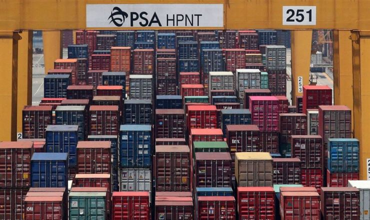 Korea's exports fell 16.6 percent in the first 10 days of June largely because of decreased shipments of semiconductors, one of the country's key items. Korea Times file