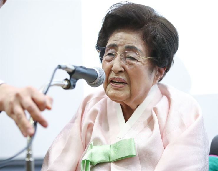 Lee Hee-ho, the widow of former President Kim Dae-jung, died Monday. She was 96. Yonhap