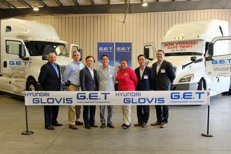 Global Expedited Transportation (GET) CEO Baek Seung-moon, fourth from left, poses with Rialto Mayor Debora Robertson, fifth from left, during the opening ceremony of GET, a U.S. subsidiary of logistics firm Hyundai Glovis, in Bloomington, California, Wednesday (local time). Courtesy of Hyundai Glovis