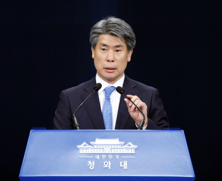 Yoon Jong-won, senior presidential secretary for economic affairs, responds to a reporter's question in a briefing on key economic issues at Cheong Wa Dae, Friday, May 7. Yonhap