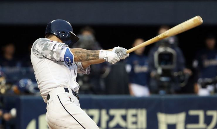 Doosan's Oh Jae-won makes three point home run at Jamsil Baseball Stadium, Thursday./ Yonhap