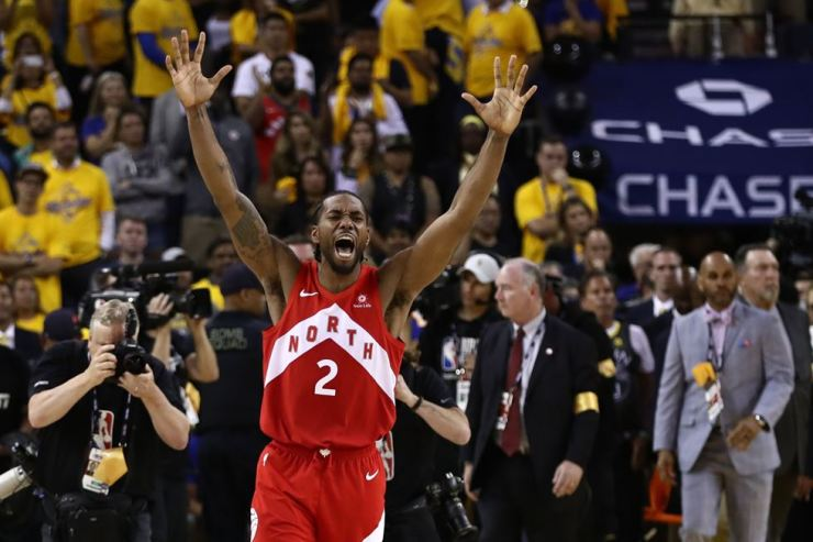 Kawhi Leonard #2 of the Toronto Raptors celebrates his team's win over the Golden State Warriors in Game Six to win the 2019 NBA Finals at ORACLE Arena on June 13 in Oakland, California. AFP-Yonhap