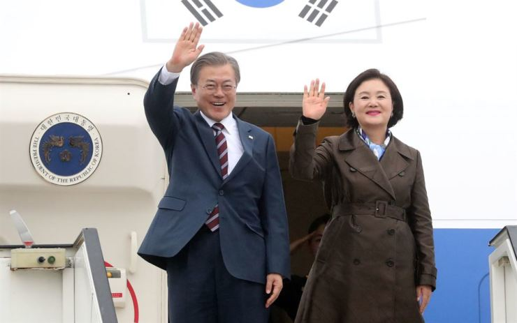 South Korean President Moon Jae-in, left, and first lady Kim Jung-sook arrive at the Stockholm Arlanda Airport in Sweden, June 14. Yonhap