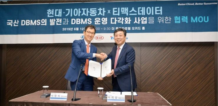 TmaxData CEO Lee Hee-sang, right, shakes hands with Suh Jung-sik, senior vice president of Hyundai Motor's ICT division, after signing a memorandum of understanding to provide the former's database management system software to the carmaker at Seoul Plaza Hotel, Wednesday. / Courtesy of TmaxData