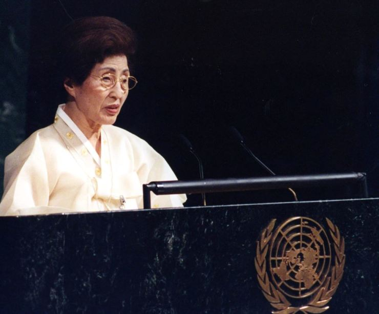 Lee Hee-ho, then first lady of South Korea, delivers a keynote speech during the U.N. Special Session on Children in this May 2002, file photo. Korea Times file