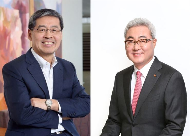 LG Chem CEO Shin Hak-cheol, left, and SK Innovation CEO Kim Jun / Korea Times file