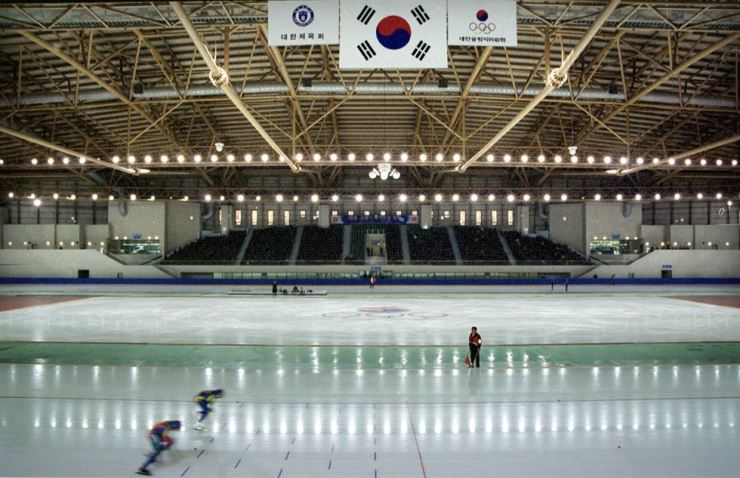 The entire Korean short track speed skating team has been expelled from the national training center over a sexual harassment. Korea Times file