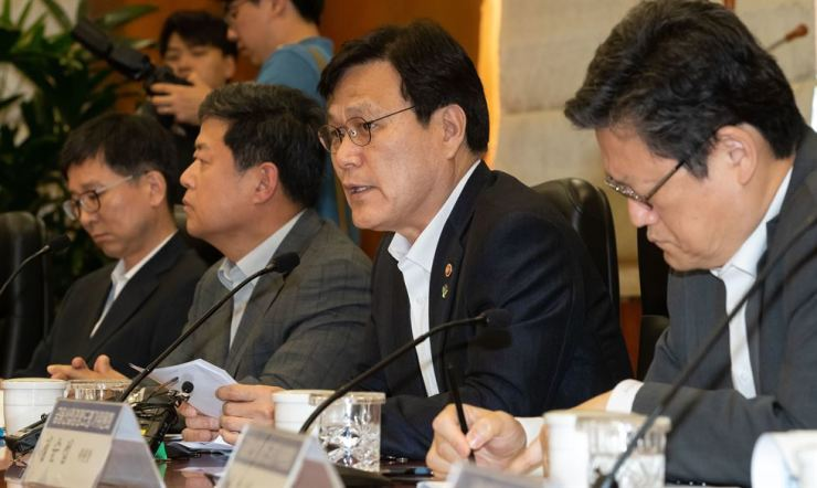Financial Services Commission Chairman Choi Jong-ku, second from right, speaks during a meeting on boosting the capital market at Korea Financial Investment Association's headquarters in Seoul, June 25. Yonhap