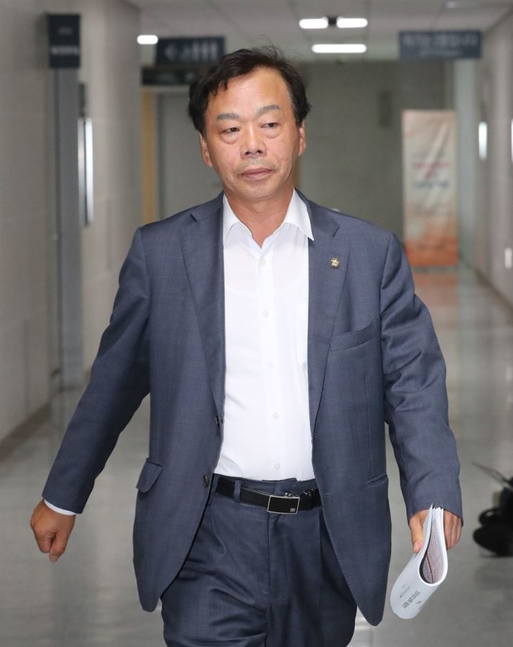 Rep. Yi Wan-young of the Liberty Korea Party leaves his office at the National Assembly, Thursday. / Yonhap
