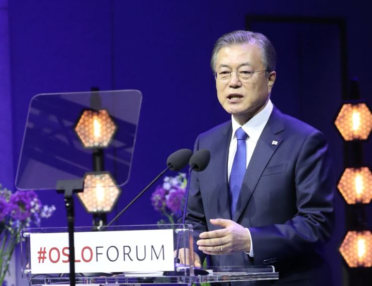 President Moon Jae-in delivers a keynote speech during the Oslo Forum at the University of Oslo in the Norwegian capital, Wednesday (local time). He reiterated his call for resuming now-suspended nuclear talks between the U.S. and North Korea. Yonhap