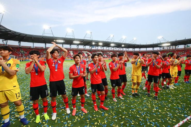 South Korea's footballers acknowledge their supporters after receiving their second place medals at the end of the final with Ukraine in the U-20 World Cup in Lodz, Poland, Saturday. Yonhap