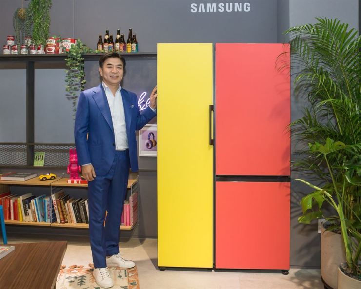 Kim Hyun-suk, president of Samsung Electronics' consumer electronics division, poses with the firm's BESPOKE refrigerator at Samsung Digital Plaza store in southern Seoul, Tuesday. / Courtesy of Samsung Electronics