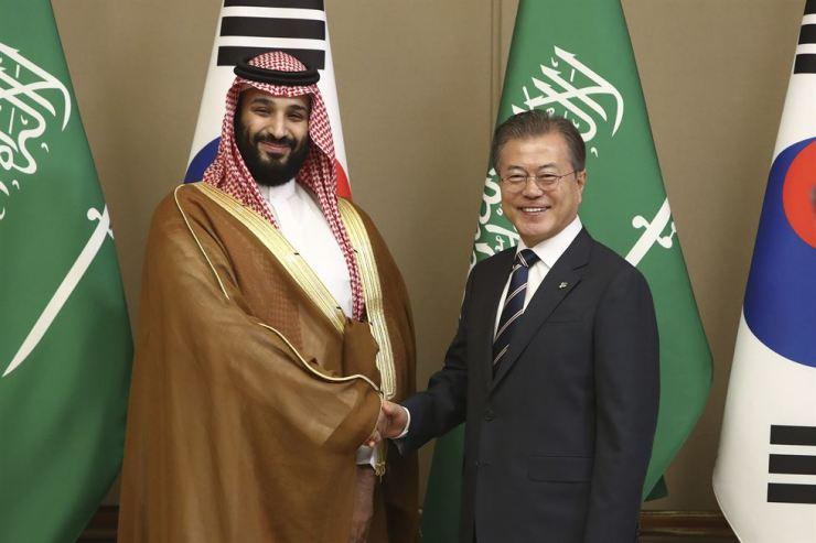 President Moon Jae-in greets Saudi Crown Prince Mohammed bin Salman at Cheong Wa Dae, Wednesday. AP-Yonhap
