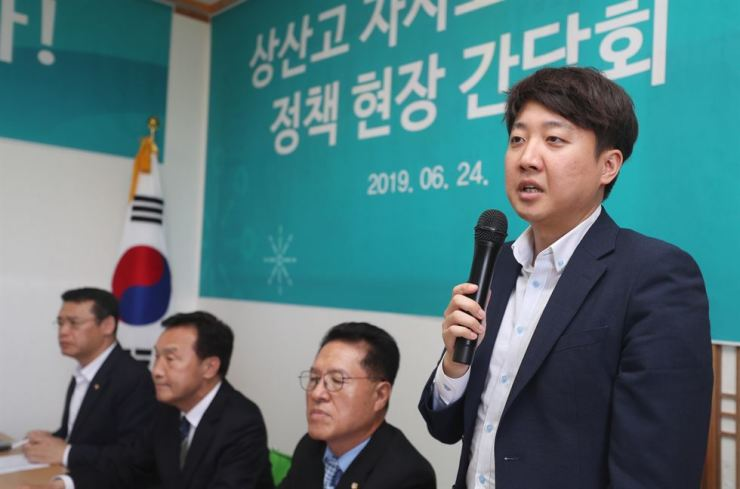 Lee Jun-seok, a Supreme Council member of the Barunmirae Party, speaks during a meeting with party members in the southwestern city of Jeonju, Monday. / Yonhap