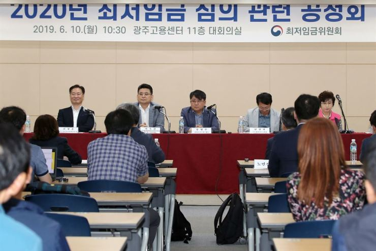Representatives of employers, workers and the government attend the public hearing on next year's minimum wage in Gwangju, South Jeolla Province, Monday. Yonhap
