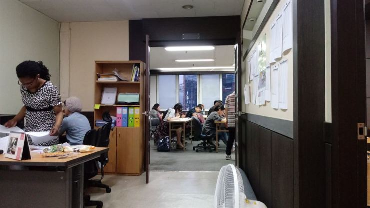 Foreign and non-Korean-speaking students sit a level test for the Korea Immigration and Integration Program, at Hope Village Community Center in Jangan-dong, Dongdaemun-gu, Seoul, May 17. Korea Times photo by Ko Dong-hwan