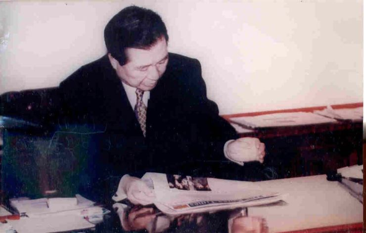 President Kim Dae-jung reads a copy of The Korea Times at Cheong Wa Dae in 1998. Korea Times file