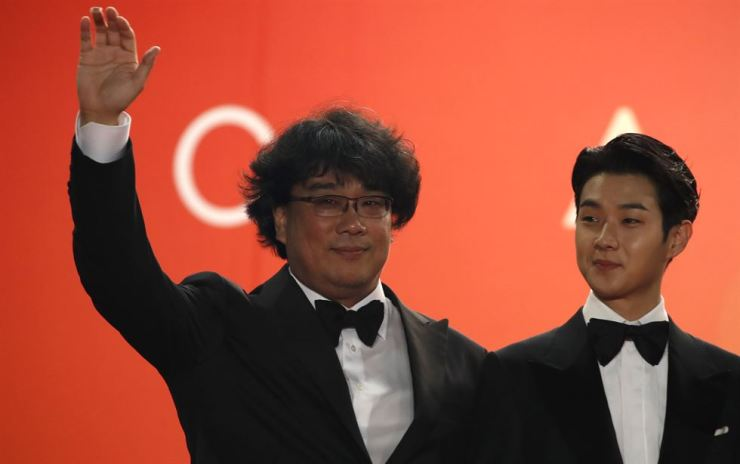 Director Bong Joon-ho waves during an appearance at the 2019 Cannes Film Festival last month. Bong won the grand prix Palme d'Or for his film 'Parasite' ― a first for a Korean. Yonhap