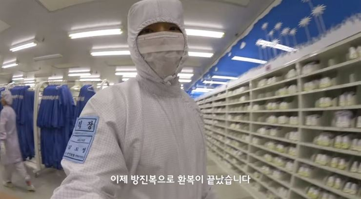 A Samsung Electronics engineer introduces the company's semiconductor manufacturing workplace, wearing a cleanroom garment. / Captured from YouTube