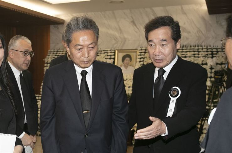 Prime Minister Lee Nak-yon, left, shows the way for former Japanese Prime Minister Yukio Hatoyama who paid a visit to the memorial of former first lady Lee Hee-ho, who died of old age on Monday, at Severance Hospital in Seoul, Wednesday. Yonhap