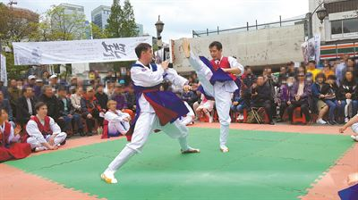 An outdoor taekwondo class taking place at Namsangol Hanok Village, central Seoul, May 29. / Korea Times photo by Lee Suh-yoon