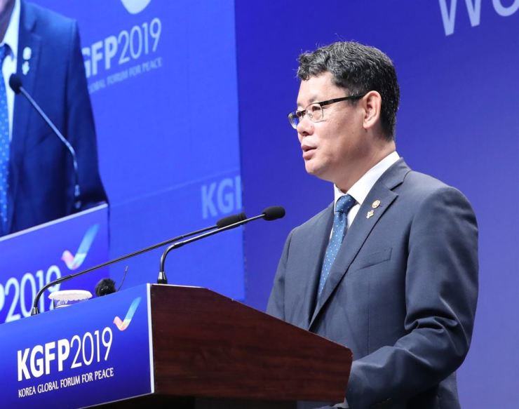 Unification Minister Kim Yeon-chul delivers a keynote speech during a forum on peace on the Korean Peninsula at the Westin Chosun Seoul, Wednesday.