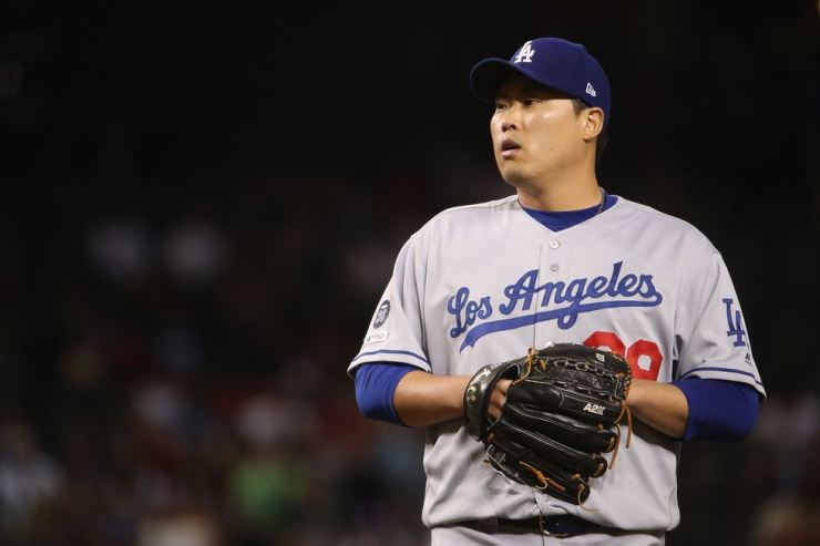 Starting pitcher Hyun-Jin Ryu of the Los Angeles Dodgers prepares to throw a pitch during the seventh inning of the MLB game against the Arizona Diamondbacks at Chase Field in Phoenix, Arizona, Tuesday. AFP-Yonhap