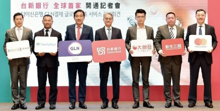 Hana Financial Group Chairman Kim Jung-tai, third from left, poses for a photo with heads of global financial service providers at a ceremony celebrating the launch of the Global Loyalty Network (GLN) digital platform at the Taishin Financial Holdings head office in Taiwan, April 23. Courtesy of Hana Financial Group