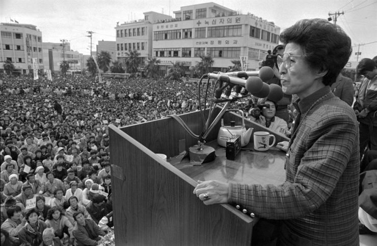 In this file photo taken in November, 1987, Lee Hee-ho gives a speech during her husband Kim Dae-jung's campaign for presidential election. Yonhap