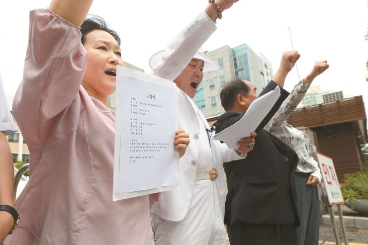 Activists urge Rev. Jun Gwang-hoon, president of the Christian Council of Korea, to step down to take responsibility for his radical statement calling for the impeachment of President Moon Jae-in, in front of Guro Police Station in Seoul. Yonhap
