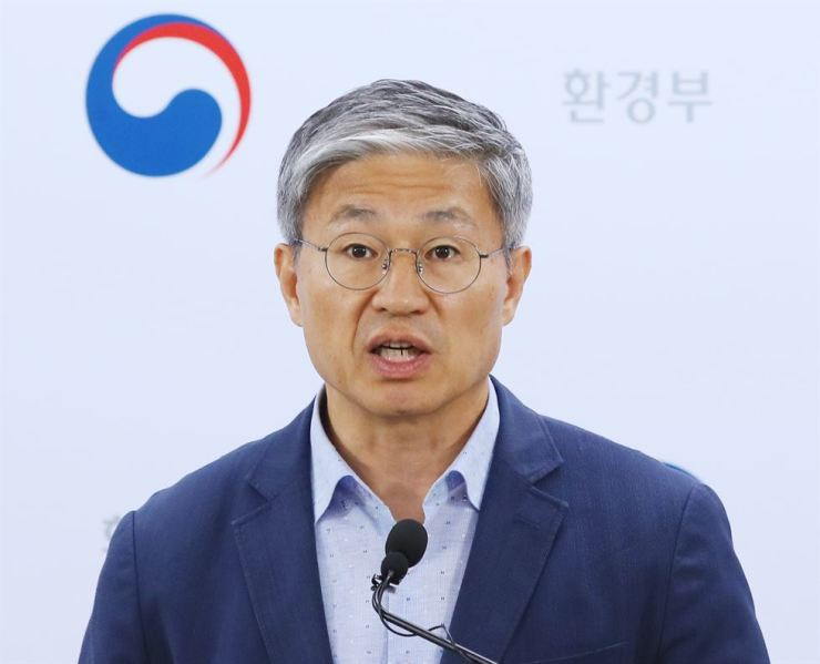 Kim Young-hoon, director of the drinking water policy division at the Ministry of Environment, announces the cause of the reddish water tap crisis in Incheon and surrounding areas during a briefing at the Government Complex Sejong, Tuesday. Yonhap