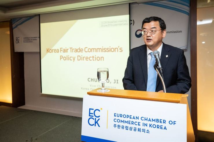 Fair Trade Commission Vice Chairman Ji Chul-ho speaks during a meeting with business leaders of European companies hosted by the European Chamber of Commerce in Korea at Lotte Hotel Seoul, Friday. Courtesy of ECCK