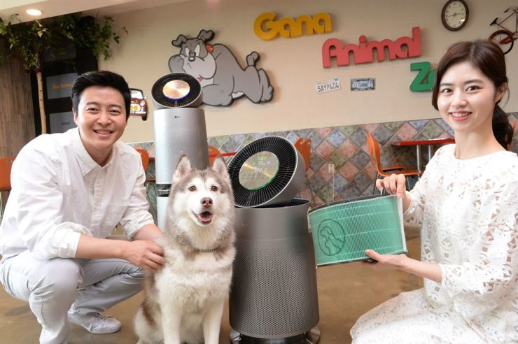 Models promote the LG PuriCare 360-degree air purifier for pets that the firm released Sunday. / Courtesy of LG Electronics