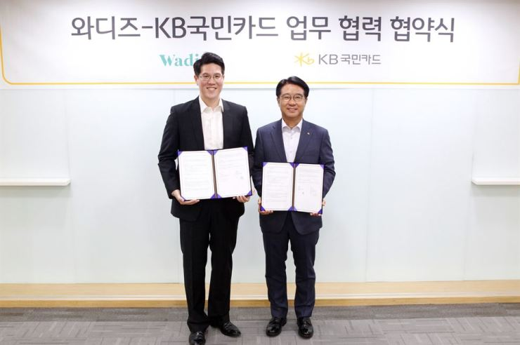 KB Kookmin Card CEO Lee Dong-cheol, right, with Wadiz CEO Shin Hye-sung after forging strategic ties at KB Card's headquarters in Seoul, Tuesday. Courtesy of KB Kookmin Card