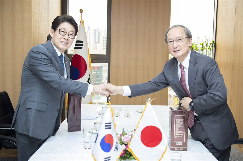 South Korean Prime Minister Lee Nak-yon, left, confers Cho Sei-young an honor of appointment as Vice-Foreign Minister at the Seoul Government Complex in Jongno District, June 7. Yonhap