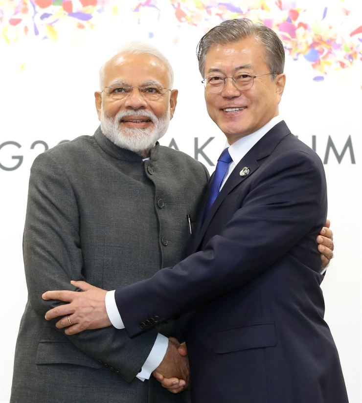 President Moon Jae-in greets Indian Prime Minister Narendra Modi at the start of their summit on the sidelines of this year's G20 summit held in the western Japanese city of Osaka, Friday. Yonhap