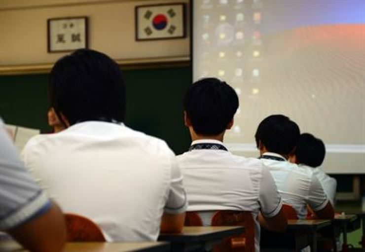 A report showed Sunday that Korea's school principals are older than the OECD average, and Korean teachers were unsatisfied with their schools. / Korea Times file