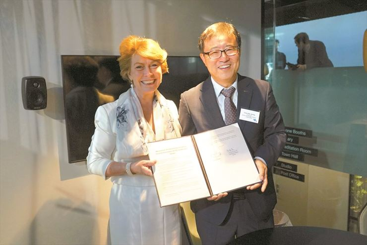 Korea Technology Finance Corp. (KOTEC) Chairman Jeong Yoon-mo, right, poses with Ylva Berg, CEO of Business Sweden, after signing an agreement to cooperate on fostering social ventures, in Stockholm, Saturday. The signing took place at an event hosted by KOTEC and Sweden's Norrsken Foundation held on the sidelines of President Moon Jae-in's visit to the Nordic country last week. / Courtesy of KOTEC