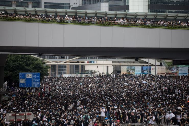 Protesters occupy a main road during a rally against amendments to an extradition bill near the Legislative Council in Hong Kong, China, June 12. EPA-Yonhap